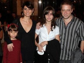 8 de Setembro – Fernanda Abreu - 1961 – 56 Anos em 2017 - Acontecimentos do Dia - Foto 22 - Fernanda Abreu e Luiz Stein levaram as filhas Alice (de vermelho) e Sofia, para assistirem