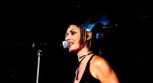 8 de Setembro – Fernanda Abreu - 1961 – 56 Anos em 2017 - Acontecimentos do Dia - Foto 9 - Fernanda durante a turnê Entidade Urbana, em 2001.