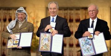 Yasser Arafat, Shimon Peres, e Yitzhak Rabin na entrega do Nobel, em Oslo.