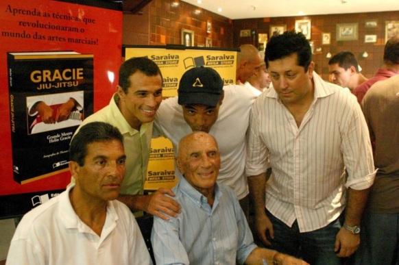 1 de Outubro - Hélio Gracie - 1913 – 104 Anos em 2017 - Acontecimentos do Dia - Foto 14 - Lançamento do livro 'Gracie Jiu-Jitsu'.