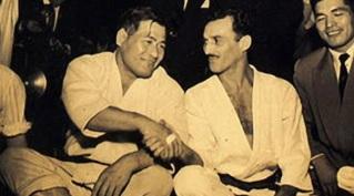 1 de Outubro - Hélio Gracie - 1913 – 104 Anos em 2017 - Acontecimentos do Dia - Foto 4 - Masahiko Kimura e Hélio Gracie.