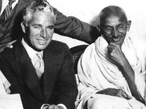2 de Outubro - Mahatma Gandhi - 1869 – 148 Anos em 2017 - Acontecimentos do Dia - Foto 21 - Chaplin e Gandhi..