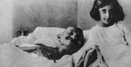 2 de Outubro - Mahatma Gandhi - 1869 – 148 Anos em 2017 - Acontecimentos do Dia - Foto 6 - Gandhi jejuando, na década de 1920. A criança ao lado é Indira Gandhi, filha de Nehru e f