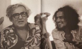30 de Setembro – Chacrinha - 1917 – 100 Anos em 2017 - Acontecimentos do Dia - Foto 13 - Chacrinha com Caetano Veloso.
