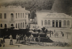 30 de Setembro – Maria Fumaça chegando a Viçosa, 1925. Ao fundo observa-se o Grande Hotel, que mais tarde se tornou o Hotel Rubim — Viçosa (MG) — 146 Anos em 2017.