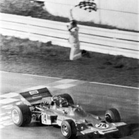 4 de Outubro - 1970 – Emerson Fittipaldi, correndo pela Lotus, vence sua primeira corrida como piloto de Fórmula 1, a primeira vitória brasileira.