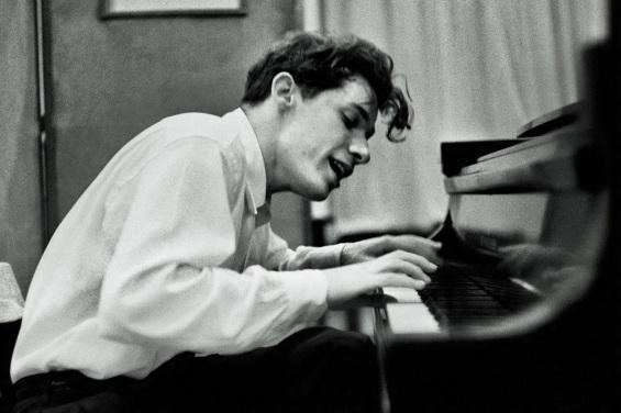 4 de Outubro - 1982 — Glenn Gould, maestro e pianista canadense (n. 1932).