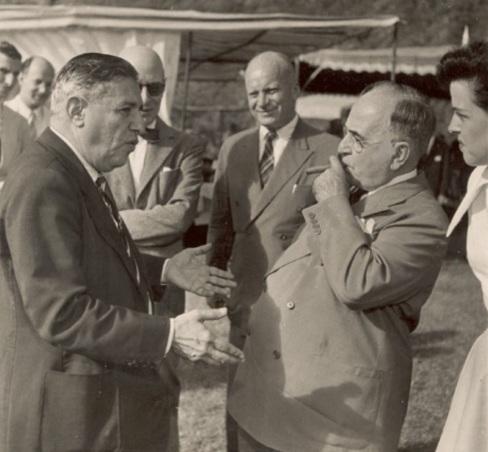 4 de Outubro - Assis Chateaubriand - 1892 – 125 Anos em 2017 - Acontecimentos do Dia - Foto 13 - Assis Chateaubriand e Getúlio Vargas.