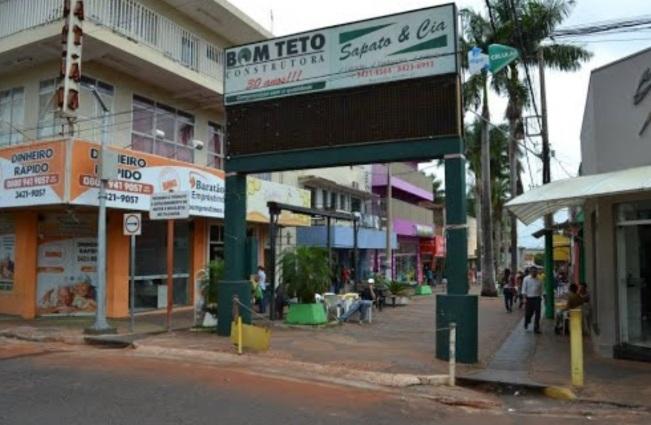 4 de Outubro - Calçadão da praça Rui Barbosa - Comércio — Frutal (MG) — 130 Anos em 2017.