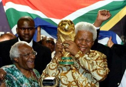 7 de Outubro - Desmond Tutu- 1931 – 86 Anos em 2017 - Acontecimentos do Dia - Foto 12 - Desmond Tutu e Nelson Mandela na Copa do Mundo na África do Sul.