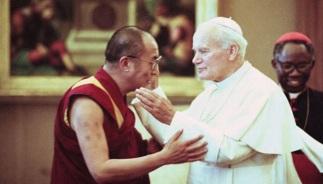 9 de Outubro - 1980 – O Papa João Paulo II recebe o Dalai Lama em uma audiência privada no Vaticano.